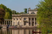 The Lazienki palace in Lazienki Park, Warsaw. Lazienki Krolewski — Stock Photo