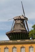 Antiguo molino de viento en palacio, parque sanssouci en potsdam, alemania — Foto de Stock