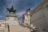 Konny pomnik Wiktora Emanuela ii w pobliżu vittoriano — Zdjęcie stockowe