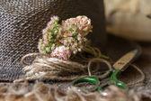 Martwa nożyczki, małe bouqet z kwiatów i przewód — Zdjęcie stockowe