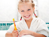 Little girl brushing teeth — Stok fotoğraf