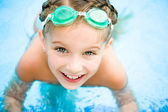 Little girl in swimming pool — Foto Stock