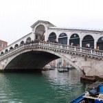 μεγάλο κανάλι της Βενετίας με τις γόνδολες και τη γέφυρα Ριάλτο — Φωτογραφία Αρχείου