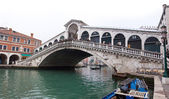 Venice Grand canal with gondolas and Rialto Bridge — Stock Photo