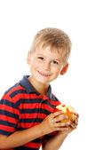 Boy holding an apple — Stockfoto