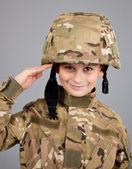 兵士を敬礼します。若い男の子は兵士のような服を着てください。 — ストック写真