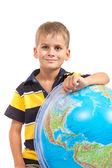 Pojke som håller en jordglob — Stockfoto