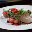 Beef medallions served with balsamic sauce — Stock fotografie