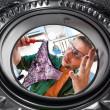 工人和一台洗衣机 — 图库照片