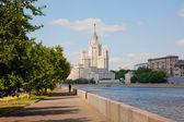 Yüksek katlı bina kotelnicheskaya dolgu üzerinde — Stok fotoğraf