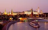 View of the Moscow Kremlin and Bolshoy Kamenny Bridge at night — Stock Photo