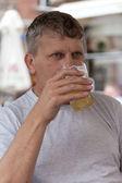 Hombre maduro bebe cerveza — Foto de Stock