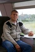 Man gaat in een trein in de buurt van een venster — Stockfoto