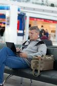 Mogen man i ett väntrum av moderna internationella flygplats — Stockfoto
