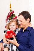Veselé vánoce - holčička s otcem s vánoční dárky — Stock fotografie