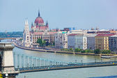 View of a building of the Hungarian parliament, Danube and chain Secheni Bridge — Stock Photo