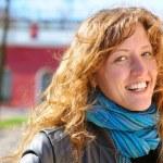 mutlu güzel kadın caddenin kameraya bakıyor — Stok fotoğraf