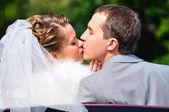Jen manželský pár líbání — Stock fotografie