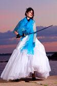 ゴミ箱のドレスの女性 — ストック写真