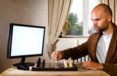 Jugador de ajedrez humano contra la computadora — Foto de Stock