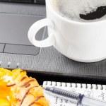 portatile e tazza di caffè — Foto Stock
