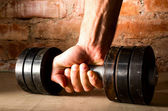 Mannenhand houdt metalen barbell — Stockfoto