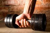 Männliche hand hält metall langhantel — Stockfoto