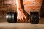 Masculino mão está segurando a barra de metal — Foto Stock
