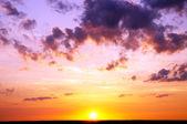 Colorido atardecer sobre el océano. — Foto de Stock