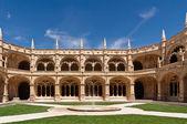 Fountain in court of Jeronimos monastery, Lisbon — Stock Photo