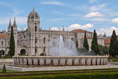 Fountain in front of Jeronimos monastery, Belem. Lisbon — Stock Photo