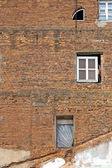 Fenêtres sur mur de briques — Photo