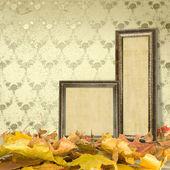 Le foglie cadute sul pavimento e cornici in legno — Foto Stock