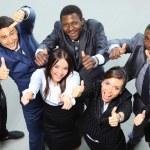 pohled shora z vedoucích pracovníků, usmíval se a ukazoval — Stock fotografie