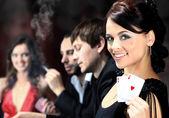 Bir kumarhanede bir masa etrafında oturup poker oyuncuları — Stok fotoğraf