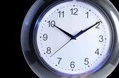 Настенные часы на черном фоне — Стоковое фото
