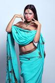 Kvinna i indisk turkos sari — Stockfoto
