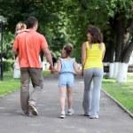 familj på fyra njuta utomhus — Stockfoto