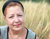 Portrait of an elderly woman in a wheat field — Stock Photo