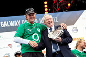 Leo Varadkar presents trophy to skipper Ken Read — Stok fotoğraf
