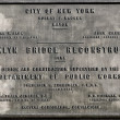Memorial plaque at Brooklyn Bridge, New York, USA. — Zdjęcie stockowe