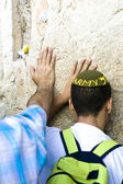 Jewish praying at the wailing wall — Stock Photo