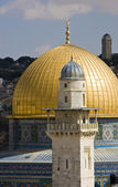 Gold cupola of the mosque of Omar on The Temple mountain in Jeru — Stock Photo
