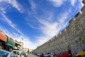 небо иерусалима. древняя стена вокруг старых кварталов — Стоковое фото