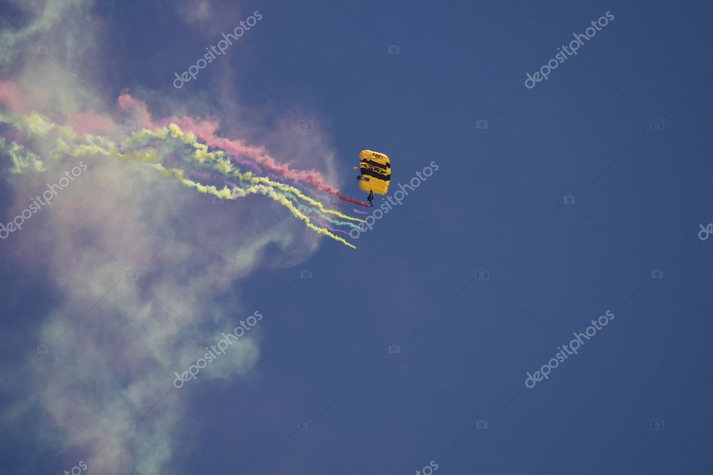 Flying parachutists on sky — Stock Photo #11296190
