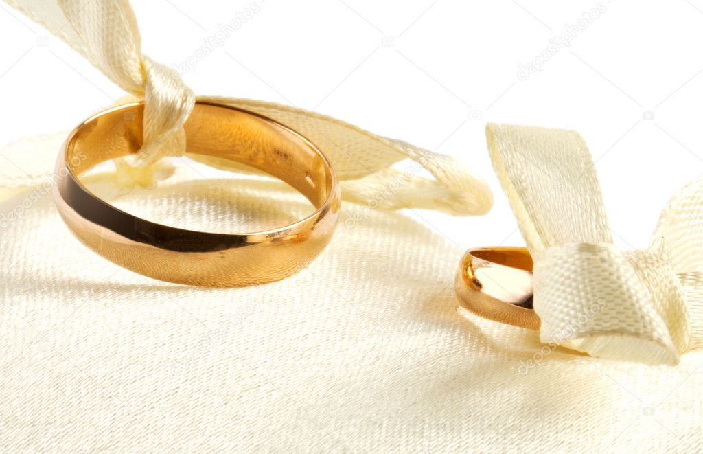 Two gold rings on little pillow. One ring in focus — Stock Photo #11158081