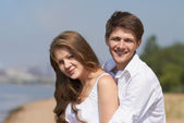 Lyckliga paret på stranden — Stockfoto