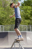 Skater doing 50-50 grind on fun-box in skatepark — Stock Photo