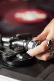 Female DJ adjusting turntable tonearm — Stock Photo