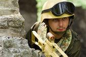 ヘッドセットとヘルメットの兵士 — ストック写真